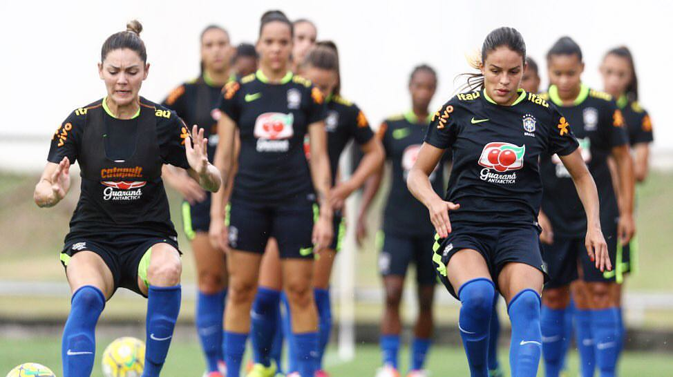 Seleção brasileira durante último treino antes da partida de estreia
