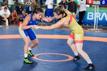 Giullia Penalber de malha azul, do Wrestling Brasileiro