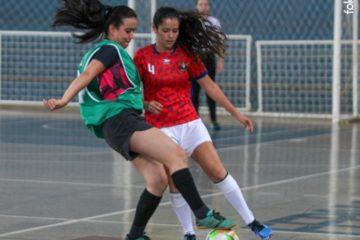 Disputa do futsal feminino no JUU